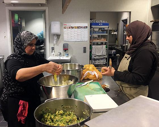 Kvinder hos Ishtar tilbereder mad